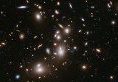 爆料:哈勃望远镜拍到130亿年前弱暗星系团