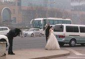 北京重度雾霾 新人戴防毒面具拍婚纱