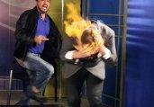 魔术师遭主持人泼燃烧液头部起火