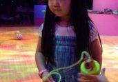 曹格女儿与韩国小正太同场现身 撞脸喜感