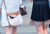 街拍两个短裙时尚美女