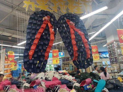 超市大妈的又一神作。巨人字拖。