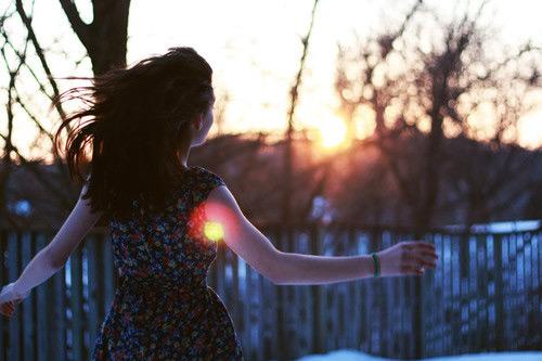 一个人向太阳奔跑
