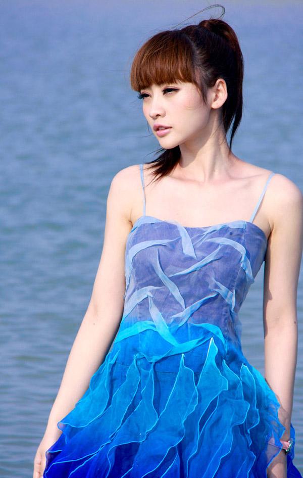 美女柳岩海边装扮