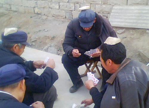农村老人打牌不玩钱,玩顶石头。